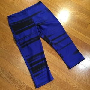 Zella Black blue patterned Capri leggings